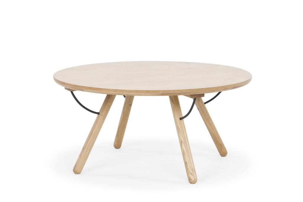 arc-1033-coffee-table-matt-black-steel-legs-top-natural-oak-matt-brass-leg-detail-angle