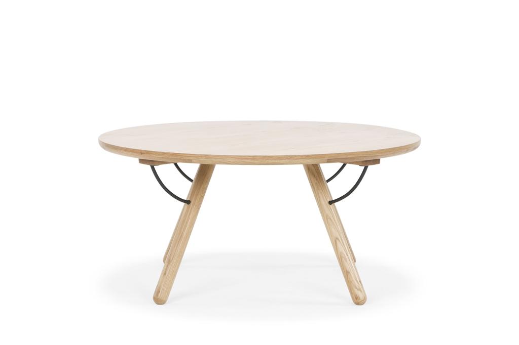 arc-1033-coffee-table-matt-black-steel-legs-top-natural-oak-matt-brass-leg-detail-front